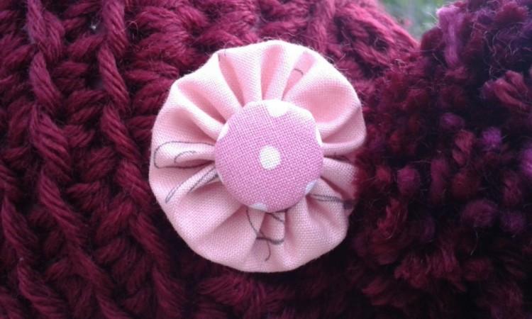 Mütze dunkelrot mit rosa Rosette