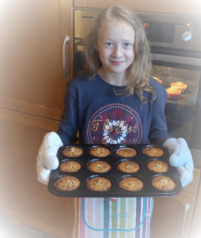 Stolz zeigt Alina ihre fertig gebackenen Muffins!