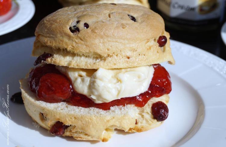 Scones mit Erdbeeraufstrich & Clotted Cream