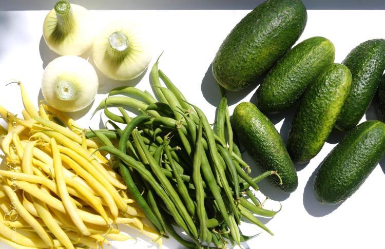 Gelbe & grüne Bohnen, Zwiebeln und Einlegegurken