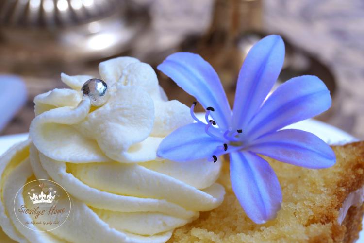Eierlikörkuchen mit Guss aus Erdebeersecco