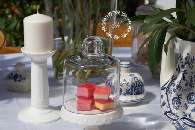 Süßigkeiten unter Glasglocke